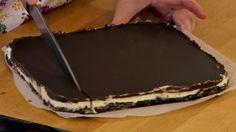 Nechce sa vám piecť, ale máte chuť na niečo dobré? Nepečené kanadské čokoládové tyčinky sú ten správny tip | Tivi.sk Something Sweet, Sweet Desserts, No Bake Cake, Nutella, A Table, Ham, Sweet Tooth, Cheesecake, Food And Drink