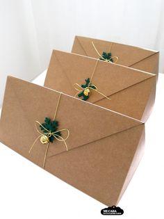Cajas triangulares para botellas de Selfpackaging adornadas con motivos navideños de fieltro, cascabeles y cordones dorados. Regalo de Navidad a mis compañeros de trabajo