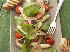 Das perfekte Frühlingsessen. Spargelsalat mit Spinat und Champignons - smarter - Kalorien: 162 Kcal - Zeit: 30 Min. | eatsmarter.de