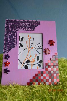 Moldura pintada, com aplicações em renda italiana, botões e azulejos. Dimensões - Alt: 26,5cm x Larg: 21,5cm. Para fotos de 16,5cm x 11,5cm. Para comprar ou dúvidas, contactar arte_encaixarte@hotmail.com ou www.facebook.com/encaixarte/