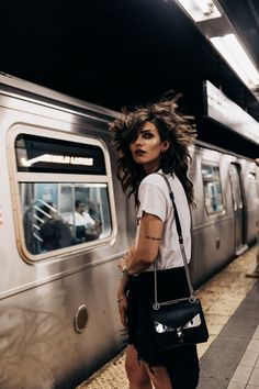 Metro Station, Train | New York | Statement Shirt | Blogger Fashion Editorial Summer Shooting | Dumbo | style: happy, freedom, college, edgy, sexy