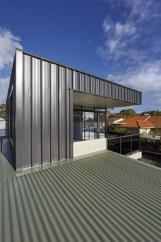 Image 17 of 36 from gallery of XYZ House / Mark Aronson Architecture. Photograph by Douglas Mark Black Metal Cladding, Wall Cladding, Modern Family, Home And Family, Modular Housing, Australian Architecture, Outdoor Living, Outdoor Decor, City Beach