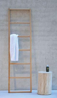 Schicker Handtuchhalter in modernem Design. Einfach an die Wand lehnen und schon hat man einen praktischen Halter, der an der Wand lehnt. Auch im Flur ein praktischer Helfer, Jacken oder Schals einfach überwerfen, schon ist der Flur ordentlich.   Details:  Eiche massiv geölt, 7 eckige Sprossen,  Ca. Maße:  B/T/H: 48/3/176 cm, Sprossen Abstand: 26 cm,  ...
