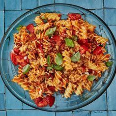 Pasta Salad Recipes, Sauce Recipes, Veggie Recipes, Vegetarian Recipes, Delicious Recipes, Herb Recipes, Italian Recipes, Pesto, Yogurt
