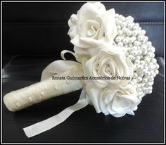 Lindo buquê de pérolas e rosas feitas de e.v.a maravilhoso e delicado com cabo envolto em cetim com laço e aplique de meia pérola