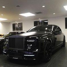 Blacked out Rolls Royce Phantom. ⚫️✖️ •••••••••••••••••••••••••••• Photo by @mrsammydee