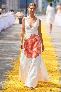 Lela Rose Spring 2020 Ready-to-Wear Fashion Show - Vogue Lela Rose, 2020 Fashion Trends, Fashion 2020, New York Fashion, Ladylike Style, Feminine Style, Backstage, Feminine Dress, Floral Fashion