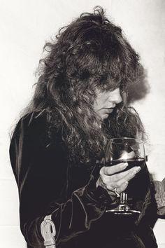 Stevie ~ ☆♥❤♥☆ ~ dressed in velvet, with masses of long permed hair, nursing a drink Buckingham Nicks, Lindsey Buckingham, Permed Hairstyles, Pretty Hairstyles, Tango In The Night, Stephanie Lynn, Stevie Nicks Fleetwood Mac, Rock N Roll, My Idol