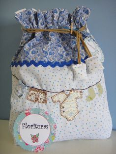 Cloth bag with hand-sewn fabric applications. Ideal to carry snacks, diapers, clothes,. Ballet Baby Shower, Aplique Quilts, Sewing Crafts, Sewing Projects, February Baby, Sachet Bags, Zipper Pouch Tutorial, Patchwork Baby, Diy Tote Bag