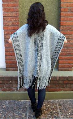 # 011    - Ruana tejida en telar    - Traditional poncho ('ruana') in steel tones Basket Weaving Patterns, Knitted Cape, Weaving Projects, Hand Weaving, Knitwear, Knitting, Carpet, How To Wear, Outfits