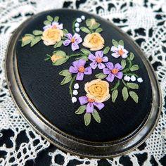 Купить Брошь с вышивкой шелковыми лентами Засахаренные фиалки - розы, фиалки, шелк натуральный