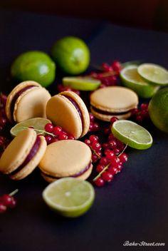Macarons de lima con curd de moras