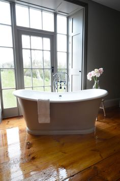 The La Rochelle Roll Top Bateau Bath, is part of our stylish range of Roll Top Baths. The Cast Iron Bath Company are expert providers of Roll Top Baths Freestanding Cast Iron Tub, Cast Iron Bathtub, Freestanding Bath, Clawfoot Tub Bathroom, Wooden Bathroom, Bedroom With Bathtub, Loft Bathroom, Family Bathroom, Master Bathroom