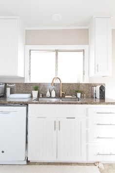 Decluttering, organizing and kitchen clean up with copycatchic and @methodhome | Tips on making your kitchen sink area more minimalist http://www.copycatchic.com/2017/01/sponsored-kitchen-clean-up-with-method.html?utm_campaign=coschedule&utm_source=pinterest&utm_medium=Copy%20Cat%20Chic&utm_content=Kitchen%20Clean%20Up%20with%20Method #methodle