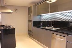 COZINHA 1 : Cozinhas modernas por ALME ARQUITETURA Kitchen Floor Plans, Kitchen Flooring, Kitchen Cabinets, Arch Interior, Interior Design, Kitchen Interior, Kitchen Design, Decorating Your Home, Interior Decorating