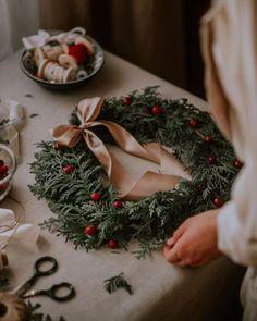 Cozy Christmas, Christmas Is Coming, Beautiful Christmas, Christmas Themes, Christmas Wreaths, Christmas Decorations, Holiday Decor, Christmas Lockscreen, Tea And Books