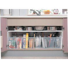 キッチンのシンク下は、どのように活用していますか?手が届きやすい場所だからつい何でも詰め込んでしまって、結果使い勝手が悪くなってしまうことも。 100均グッズを使って、シンク下をスッキリ収納しちゃいましょう。・・・
