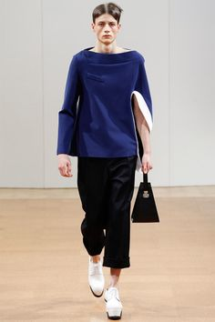 [J.W. Anderson]: as usual, J.W. Anderson takes feminine aesthetics all the way over into the world of menswear with little functional adaptation. The left-hand sleeve is an interesting element in the collection.