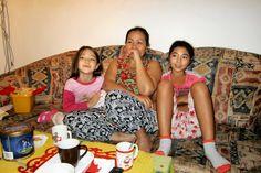 Sornsri und Kinder entspannen beim Fernsehen am 5.Nov.2013