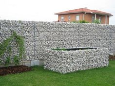 Closing modern garden - gabion original natural stone and metal Gabion Wall Design, Landscape Design, Garden Design, Plants For Raised Beds, Green Fence, Stone Planters, Wall Seating, Backyard Landscaping, Outdoor Living