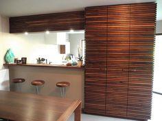 Barkast met latjes in notelaar, uitbreiding bij bestaande keuken