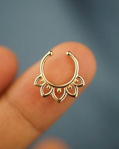 Unique Flower Septum Ring Nose Ring Body Jewelry Body Piercing - All about Accessღires - Bijoux Piercing Septum, Faux Septum Ring, Body Jewelry Piercing, Body Piercing, Ear Piercings, Piercing Ring, Cute Jewelry, Bridal Jewelry, Flower Jewelry