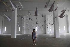 Aeroplani di carta Installazioni artistiche incredibili che potrebbero diventare un surreale mondo in cui vivere.