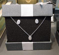 Bijouterias com strass e brilhantes são um bom presente de amigo secreto. O conjunto de brincos e colar prata são da Morana e estão por R$89,90