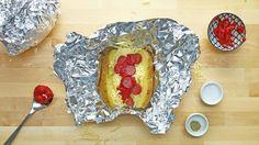 """Was Du brauchst:- 4 große Kartoffeln, z.B. Sorte """"Melody""""- 80g Pizzakäse- 2 TL Tomatenmark- 8 Scheiben Mini-Salami- 4 Basilikumblätter- Pfeffer & SalzDie Zubereitung und drei weitere Variationen findest Du hier.Bonus:Lass Dich nicht davon aufhalten, dass Du nur normalgroße Kartoffeln hast!"""