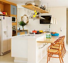 A mesa serve de apoio para refeições rápidas e para quem assiste ao preparo dos pratos. (Foto de Casa e Jardim)