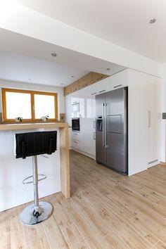 Bílá kuchyně s americkou lednicí   Barbora Grünwaldová Küchen In U Form, Bunk Bed Rooms, Small Apartment Kitchen, Modern Kitchen Interiors, Kitchen Room Design, Updated Kitchen, Small Apartments, Kitchen Cabinets, House Design