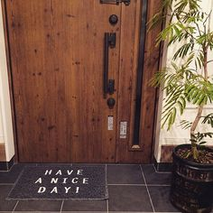 女性で、2LDKのnikoand.../玄関マット/エバーフレッシュ/玄関/入り口についてのインテリア実例を紹介。「良い一日になりそう♡」(この写真は 2015-04-01 22:47:21 に共有されました) Exterior Design, Interior And Exterior, Café Bistro, Tiny Studio, Entrance Doors, Front Doors, Sign Display, Windows And Doors, Home Renovation