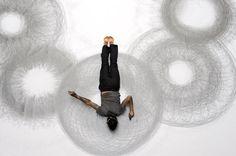 """Utiliser tout son corps pour dessiner, la danseuse et artiste américaine, Heather Hansen, le fait déjà merveilleusement bien. Tony Orrico a créé la série Penwald Drawings où il expérimente avec son corps comme une forme de mesure.  En utilisant son physique, Orrico effectue une série de mouvements avec ses bras tendus. Il utilise ces modèles pour concevoir des œuvres géométriques uniques mettant l'accent sur """"une plus grande notion d'équilibre tout au long de la durée prolongée du dessin."""""""
