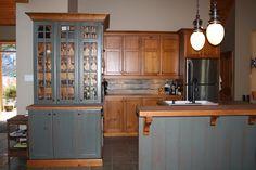 Cuisine Rustique, avec vaisselier intégré de couleur bois et vert