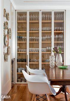 cozinhas modernas com cristaleiras