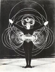 """""""Alambre"""", personaje del Ballet triádico. Imagen publicada en The Theater of the Bauhaus (Middletown, Connecticut, 1961, pág. 36)."""