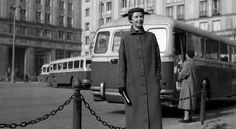 Warszawa, 1959 r. Pokaz mody w PRL. Płaszcz wiosenny z pracowni CPLiA
