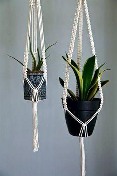 makramee blumenampel selber machen ideen Macrame hanging basket make ideas yourself Diy Hanging Planter, Hanging Baskets, Planter Ideas, Hanging Rope, Macrame Plant Holder, Plant Holders, Macrame Projects, Crafty Projects, Macrame Patterns