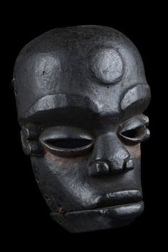 Idiok Ekpo hinged jaw Ibibio mask, 20th century. Photo: Zemanek-Münster.