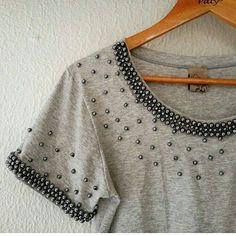 This Pin was discovered by Elż Shirt Makeover, Kurti Neck Designs, Blouse Designs, Diy Clothing, Custom Clothes, Diy Fashion, Womens Fashion, Fashion Design, Mode Streetwear