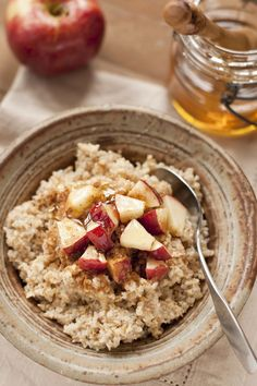 Healthy Winter Breakfast Recipes that keep you warm: cinnamon apple cake oatmeal Gluten Free Recipes For Breakfast, Gluten Free Breakfasts, Healthy Breakfasts, Healthy Meals, 200 Calorie Meals, Calorie Diet, Snacks Saludables, Cooking Recipes, Healthy Recipes