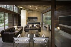 森の中に佇むシックで落ち着いた大人のウィークエンドハウス - The Arch Design