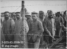 2-G55-K1-1918-19 German soldiers in a French prisoner-of-war camp, circa 1918 akg-images