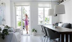 Hvad gør man, når man har forelsket sig i et skønt, men ikke super familievenligt rækkehus? Man går i gang med at renovere det, skaber et leverum for hele familien og lader Øresund få en finger med i indretningen.