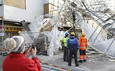 Valkealinnan talon edessä olleet rakennustelineet romahtivat maaliskuussa Oulun keskustassa. Telineiden alle ei jäänyt ihmisiä, mutta useita kadun varressa olleita polkupyöriä rikkoutui.  Kuva: Risto Rasila