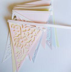 Banderines de flores caladas - Almacén Feliz Garlands, Home Deco, Banners, Container, Diy, Ideas, Happy, Paper Garlands, Paper Crafts