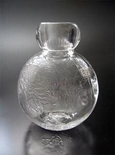 """ERKKITAPIO SIIROINEN - Maljakko """"Tellus"""" 1314, suunniteltu 1973, tuotannossa 1974-1976, Riihimäen Lasi Oy. - Korkeus 10 cm. Glass Design, Design Art, Glass Vase, Glass Bottle, Bottles, Lassi, Finland, Modern Contemporary, Clear Glass"""