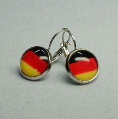 Diese wunderschönen Ohrringe bestehen aus selbstgemachten Perlenschmuck, bei dem Brisuren mit wundervollen Deutschlandflaggen verarbeitet wurden.