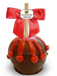 Manzana envuelta de caramelo con capa de chocolate semiamargo, rociada con tiras de chocolate color rojo, decorada con corazones de azúcar.
