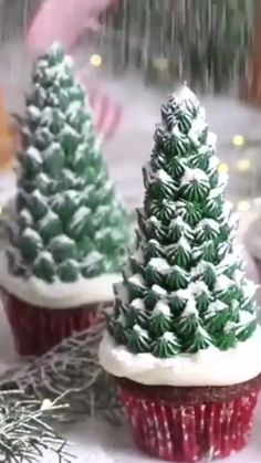 Christmas Cupcakes ideas - Beautiful ideas for Christmas Dinner Video Preppy Kitchen – Best Cake Recipes, Desserts and Savory - Christmas Snacks, Christmas Cooking, Noel Christmas, Christmas Goodies, Holiday Treats, Christmas Dinners, Xmas Dinner, Ideas For Christmas Dinner, Christmas Dinner Party Decorations